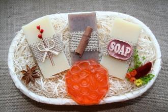Darčekový košík - 3 olivové mydlá a 1 glycerínové mydlo s medom